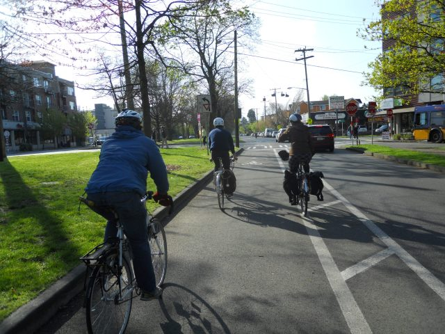 Eastbound on Ravenna Boulevard. Photo by the author.